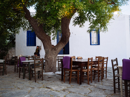 Amorgos ,Greece-August 1,2017.In the small squares of the island's taverns have placed their tables so that the world can rest and enjoy the delicious food 報道画像