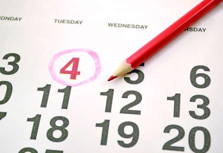 calendario: Calendario mensual de la foto con un l�piz rojo y marc� el n�mero 4 Foto de archivo