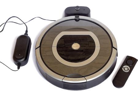 丸みを帯びた形の自動ロボット掃除機に到達するハード スポットでの洗浄を行うことができます。それは白い背景の上に表示されます。 写真素材