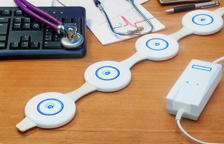 Portátil y fácil de usar dispositivo de fisioterapia para la terapia magnética en casa Foto de archivo - 34640589