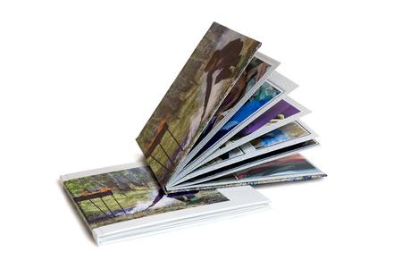 Deux de l'album photo est décoré dans un beau photobook. Présenté sur un fond blanc. Banque d'images