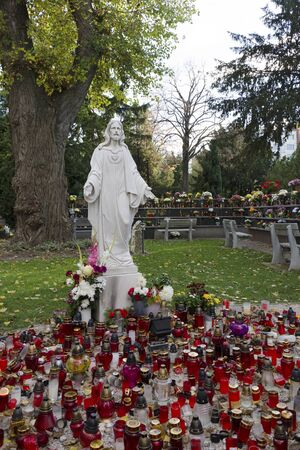 Abteile: Christus-Statue auf dem Friedhof Urne F�cher Editorial