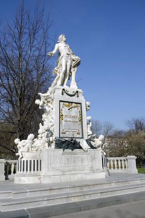 amadeus mozart: La estatua de m�rmol de Wolfgang Amadeus Mozart (1756-1791) por Viktor Tilgner en el Burggarten.