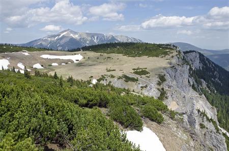 h�tte schnee: Die Rax Alpen-Berge mit Schneeberg �sterreich. Lizenzfreie Bilder
