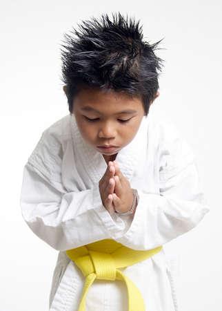 respeto: Karate muchacho doblegarse  Foto de archivo
