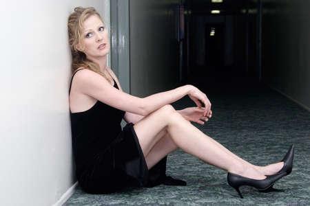 mini jupe: Femme en costume formel assis dans couloir