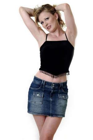 mini skirt: Mujer rubia que se presenta en el fondo blanco