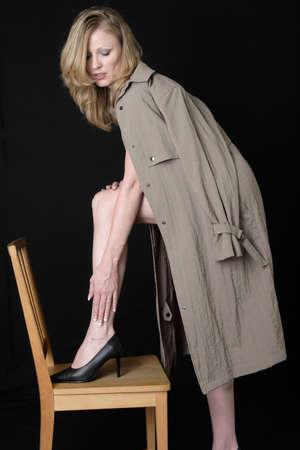 Sexy dame draagt een trenchcoat