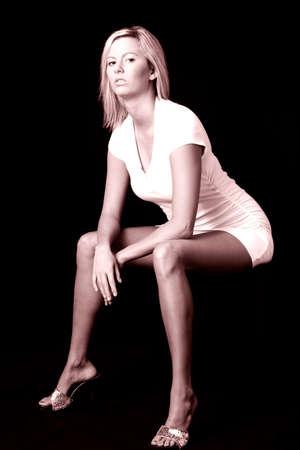 Sexy Frau sitzt auf schwarzen Stuhl auf schwarzem Hintergrund  Standard-Bild - 275620