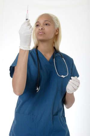 leerling-verpleegkundige de behandeling van een injectiespuit Stockfoto