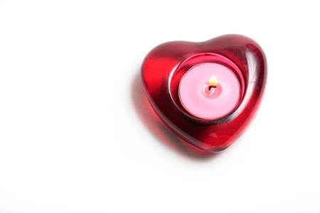 bougie coeur: Bougie rouge de coeur avec la flamme disolement sur le blanc