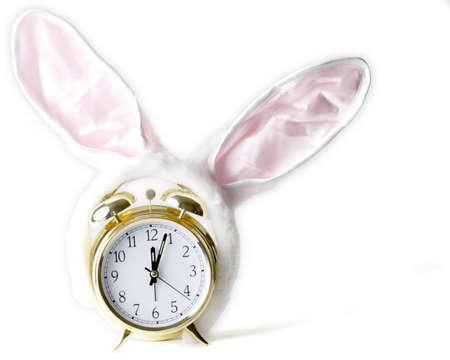bunny ears: Alarma del reloj de oro con orejas de conejo que muestra el tiempo de Pascua