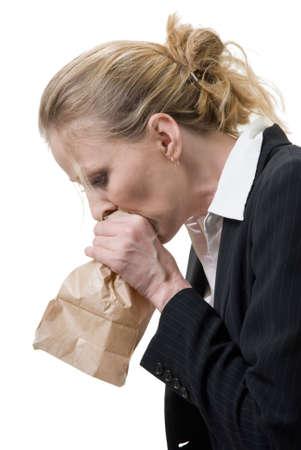 sgomento: Donna di respirazione in un sacchetto di carta marrone  Archivio Fotografico