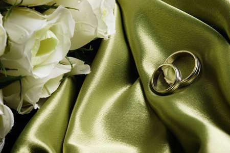 wedding bands: Boda en bandas de sat�n verde con rosas blancas cerca de