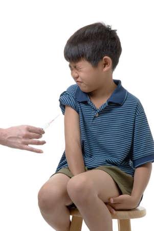 anticiparse: El muchacho joven alrededor a conseguir inmuniz� Foto de archivo