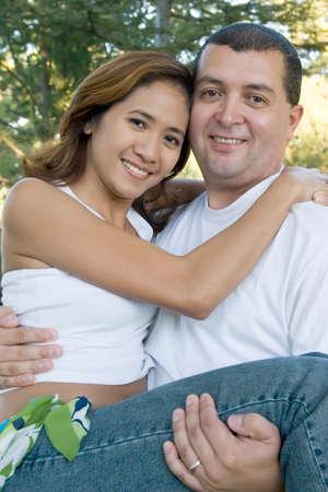 Man met zijn vriendin in het park