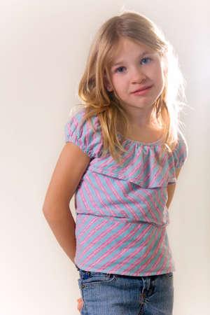 old year: piccolo grazioso otto anni ragazza in piedi sul bianco