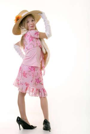 old year: Piccolo otto anni ragazza indossa guanti bianchi e troppo grande scarpe a tacco alto  Archivio Fotografico