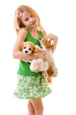 old year: cute piccolo una ragazza di otto anni con il fiore nella sua tenuta dei capelli un la manciata di animali farciti