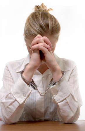 cuffed: Blonde profesional busca mujer que llevaba un collar blanco con camisa cuffed manos con los codos apoyados en la mesa en manos de la noci�n de crimen de collar blanco
