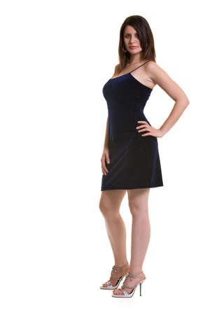白い背景に黒のカジュアルな服立っている身に着けている魅力的なアルバニア語ブルネットの女性