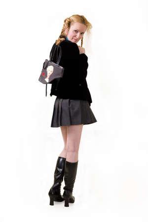 髪を着て学校の女の子服立っている長い黒いブーツと魅力的な女性の完全なボディ 写真素材 - 1639201