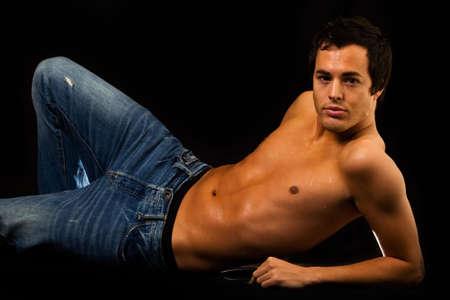 nackte brust: Handsome junge SHIRTLESS brunette Mann Jeans zeigt nackte Brust in schwarz