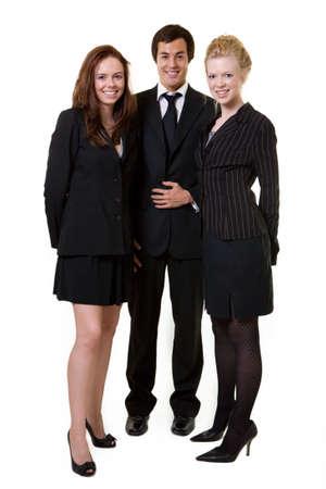 Volledige lichaam van de drie mensen uit het bedrijfsleven dragen zwarte zakelijke kleding aantrekkelijker vrouwen en een man met een vriendelijke glimlach