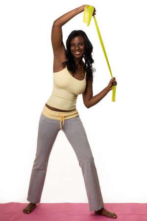 試しの服装の立っている伸張を着て魅力的なアフリカ系アメリカ人女性