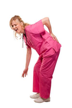 lesionado: Rubia dama enfermera de salud trabajador llevaba rosa matorrales permanente agach� con la mano en parte baja de la espalda con dolor expresi�n