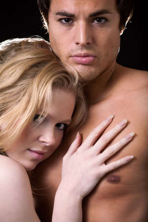 nackte brust: Attraktive junge, blonde Frau, Gest�tzt auf die nackte Brust von attraktiven jungen Mann brunette