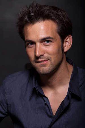 bel homme: Belle vingtaine de jeune homme aux cheveux fonc� Banque d'images