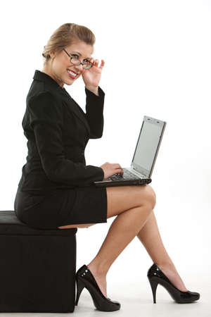 tacones negros: Atractivo empresaria rubia caucásica Foto de archivo