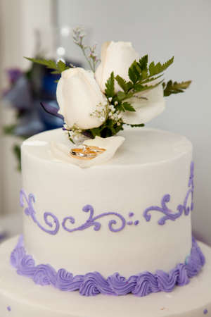 Wedding cake and topper with rings Standard-Bild