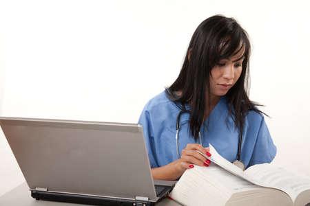 매력적인 삼십대 아시아 여성 건강 관리 노동자