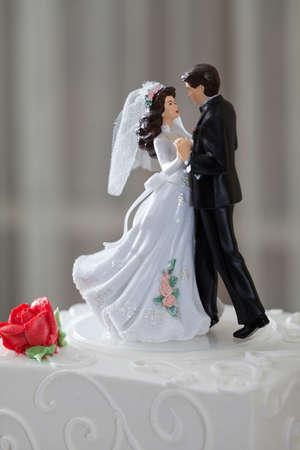 Bruidstaart en topper met paar dansen Stockfoto