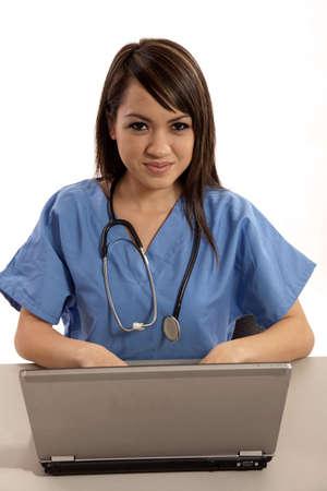 필리핀 간호사 의사는 랩톱에서 작업