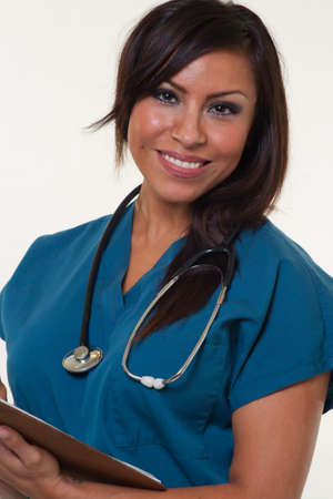 indio americano: Atractivo joven nativo americano profesional de la medicina