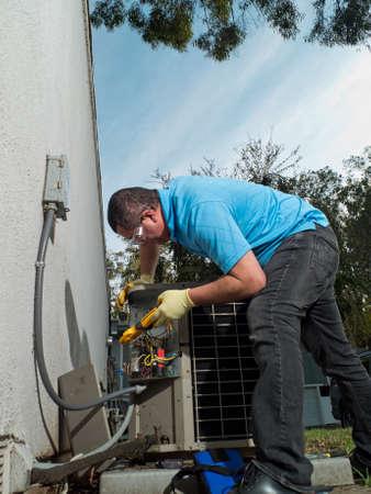 electricista: Mujer hisp�nica aire acondicionado mantenimiento t�cnico Foto de archivo
