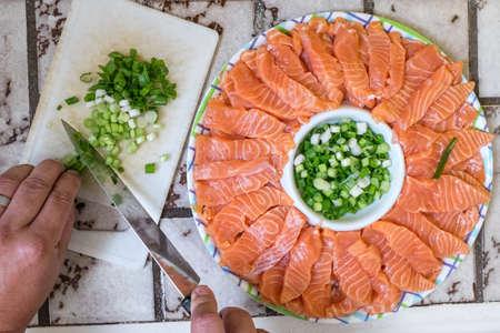 양파 잎으로 사시미 일본 요리를 준비했습니다.