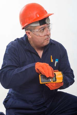 魅力的なヒスパニックの建設労働者