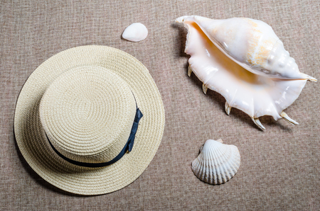 vacation flat view with straw hat and sea shellssea shells Stok Fotoğraf