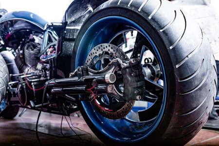 Bijgesneden close-up shot van mooie en op maat gemaakte motorfiets in de werkplaats