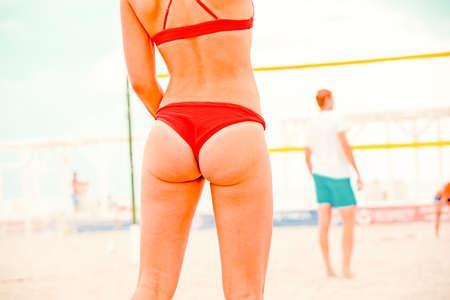 Volleyball Beach Player ist eine Volleyballspielerin, die sich darauf vorbereitet, den Ball am Strand zu servieren Standard-Bild