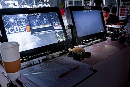 Za kulisami filmu tv film kręcenie filmu ekipa produkcyjna oraz kamera i monitory ustawione w dużym studiu. Zdjęcie Seryjne