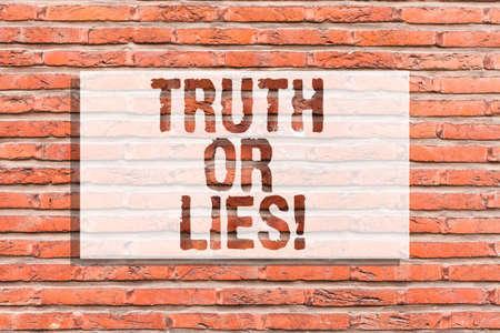 Textschild mit Wahrheit oder Lüge. Konzeptionelles Foto Entscheiden Sie zwischen einer Tatsache oder einer Lüge Zweifel Verwirrung Brick Wall Art wie Graffiti Motivationsaufruf an der Wand geschrieben Standard-Bild