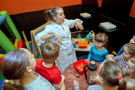 Chemical show for kids. Professor carried out chemical experiments with liquid nitrogen on Birthday little girl. Imagens