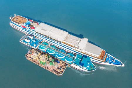 Reabastecimiento de combustible en el mar - Pequeño buque de productos petrolíferos que abastece de combustible a un granelero grande, imagen aérea.