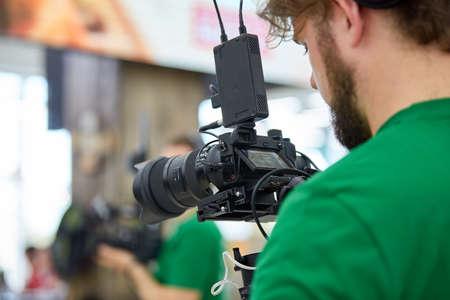 Detrás de escena de la filmación de películas o producción de video y equipo de filmación con equipo de cámara en un lugar al aire libre.