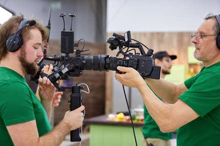 Cámaras a juego en el set. Detrás de escena de la filmación de películas o producción de video y equipo de filmación con equipo de cámara en un lugar al aire libre. Foto de archivo